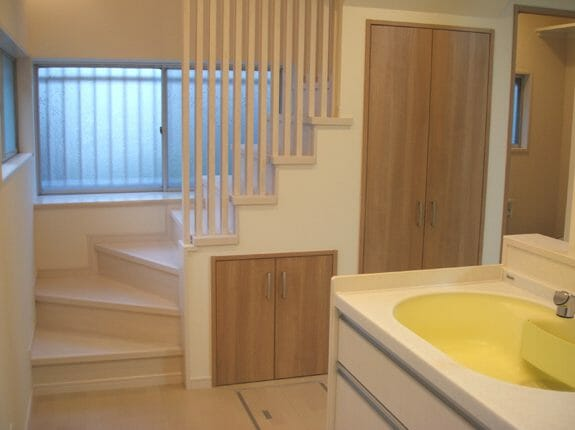 階段下に収納スペースを取り付ける工事方法