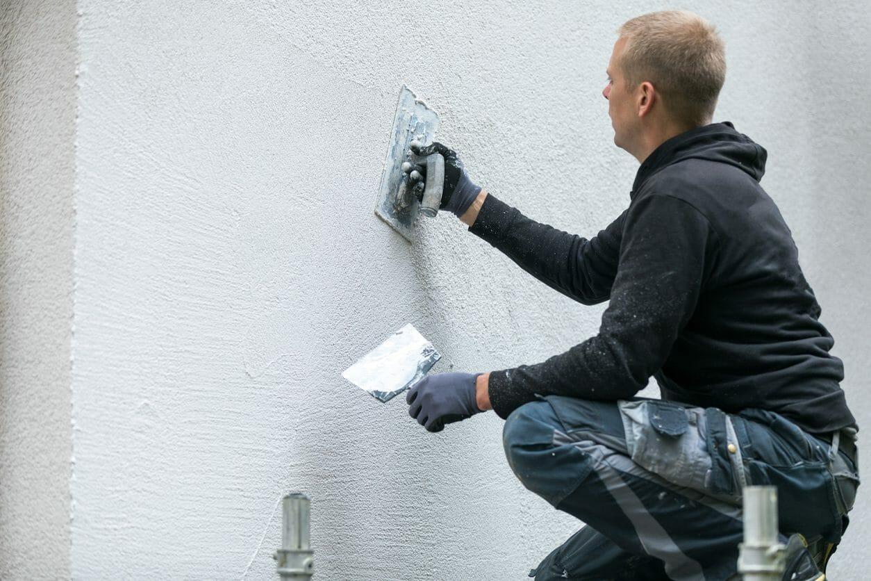 ひび割れした外壁を塗装!モルタル塗装の特徴や費用を紹介します!
