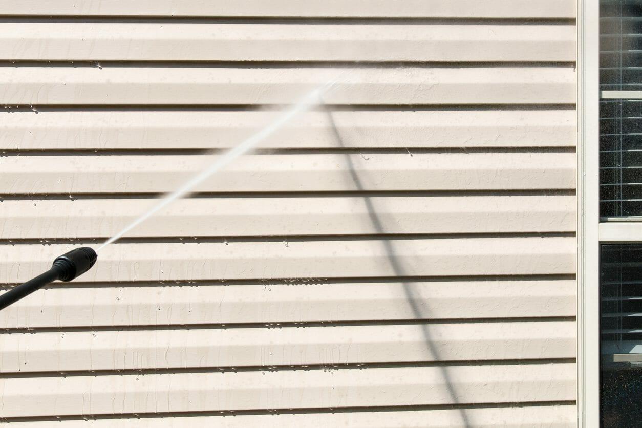 外壁の汚れを防止する7つの方法とは?汚れの洗浄方法までご紹介します!
