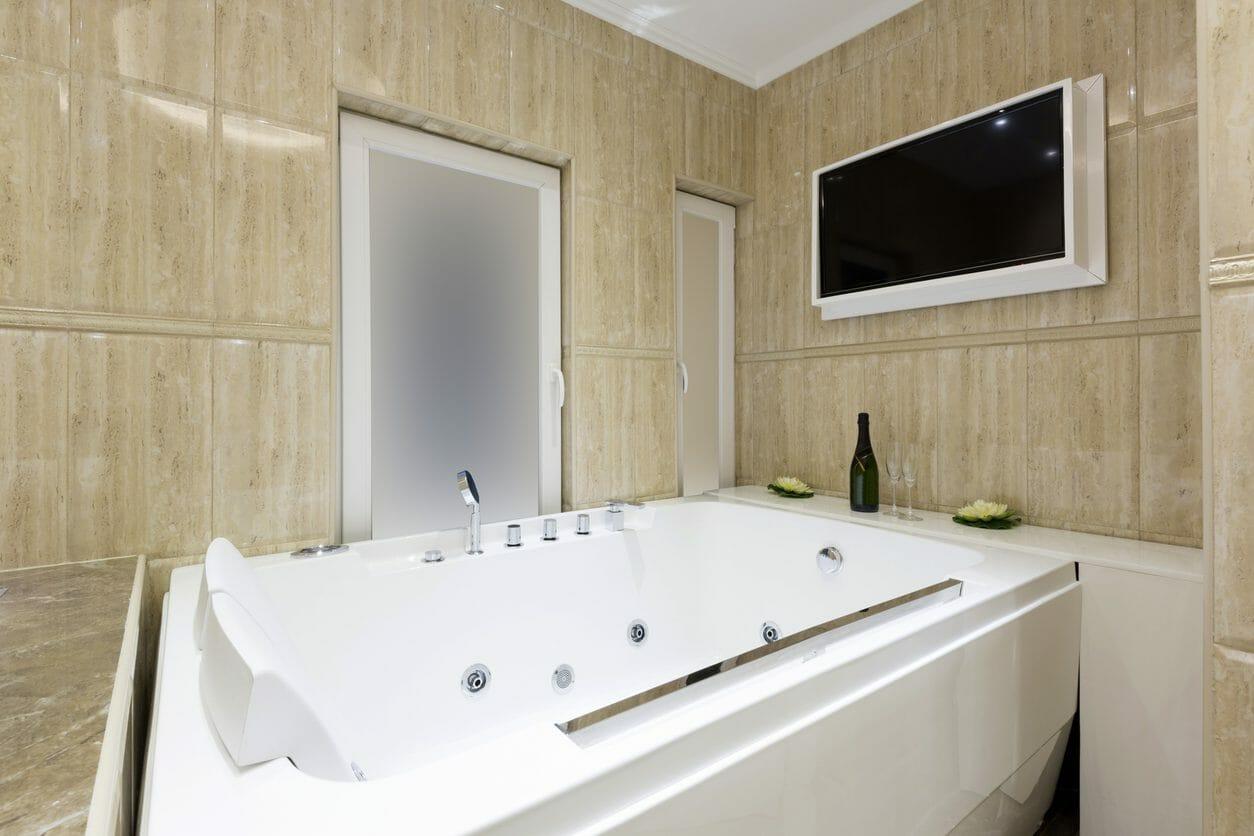 お風呂にテレビを設置したい!取り付け費用やポイントをご紹介します