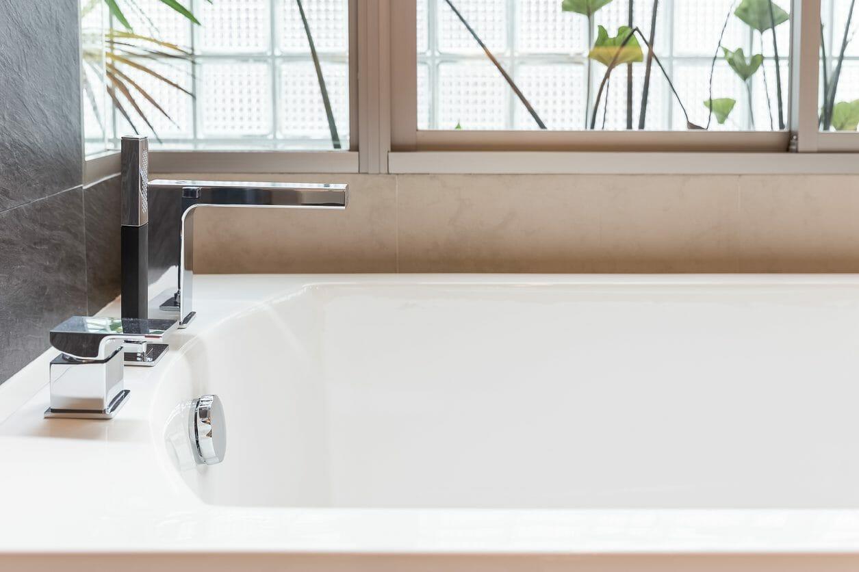 洋式の浴槽とは?メリットとデメリットを解説します