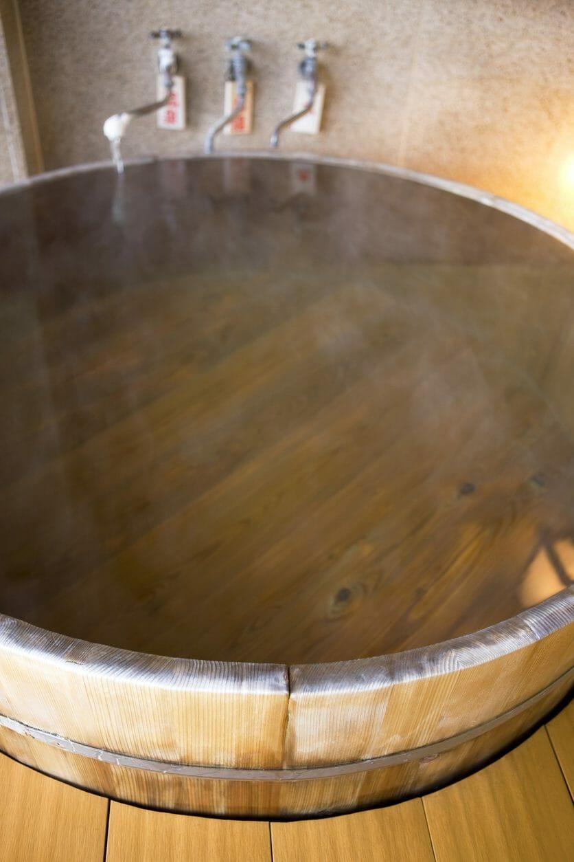 ヒノキ風呂にリフォームするときの費用は?ヒノキ風呂のメンテナンスや特徴まで紹介
