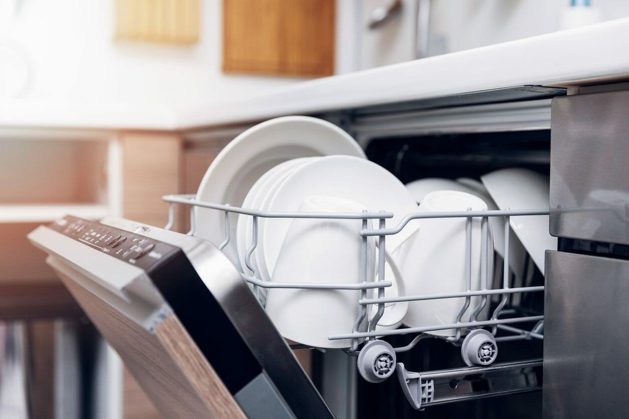 キッチンに食洗機を後付けするのにかかるリフォーム費用は? /></div> <p>また、食洗器専用の給排水管が設置されていない場合は別途工事が必要になります。本来は数万円が費用の相場ですが、食洗器を注文した場合においては約5000円~1万円で依頼できます。また、排水分岐配管がない場合も別途工事が必要で、約8000円~1万3000円の費用がかかります。</p> <p>また、食洗器に電気を通すためには電気移設工事が必要になります。食洗器の設置場所の近くにコンセントがある場合にかかる費用の相場は約8000円~1万3000円です。食洗器の設置場所から離れた場所にコンセントがある場合にかかる電気移設工事の費用の相場は約1万2000~1万8000円です。</p> <p>これらのことから、キッチンに食洗器を設置リフォームするのにかかる費用の相場は約40万~50万円となります。</p> <br /><script async src=