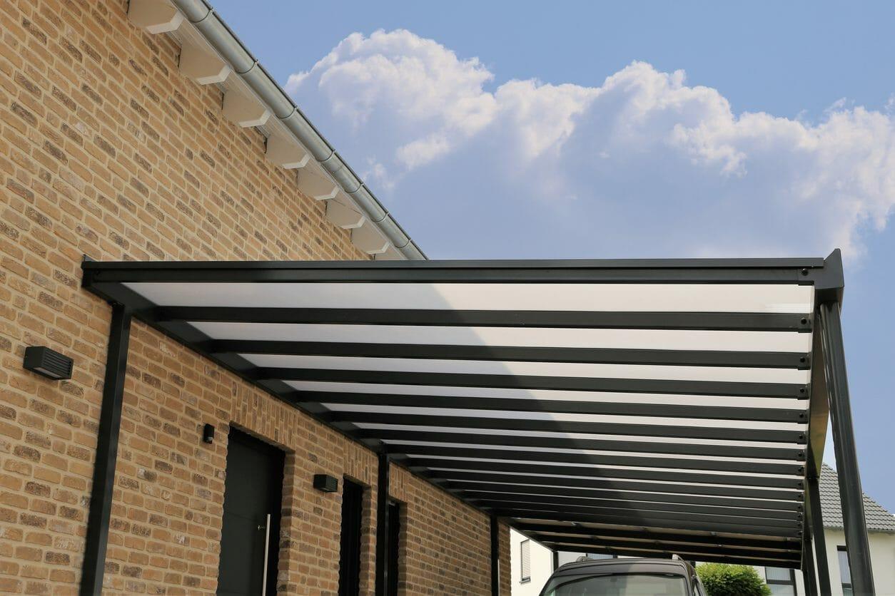 テラスに屋根を取り付ける工事費用や価格の相場は?