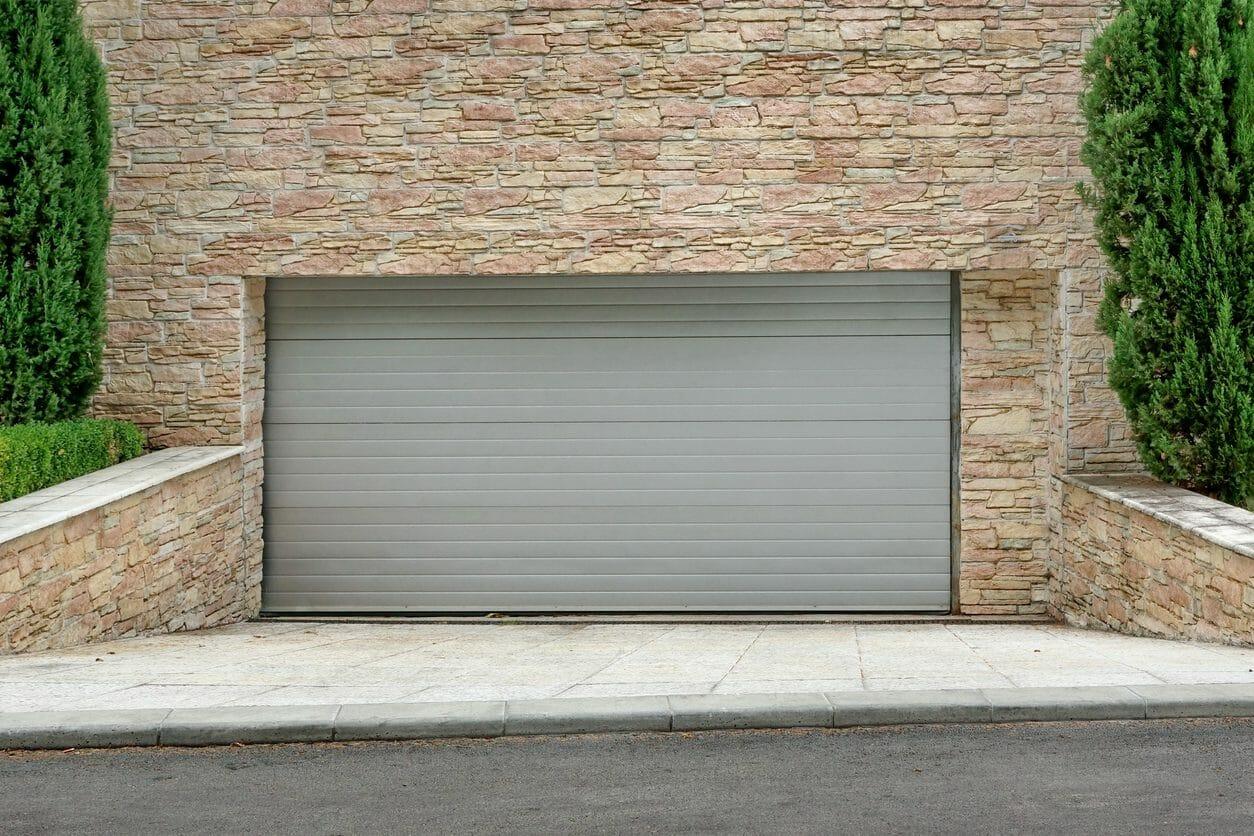 掘り込み車庫を作るには?リフォーム条件や費用をご紹介します