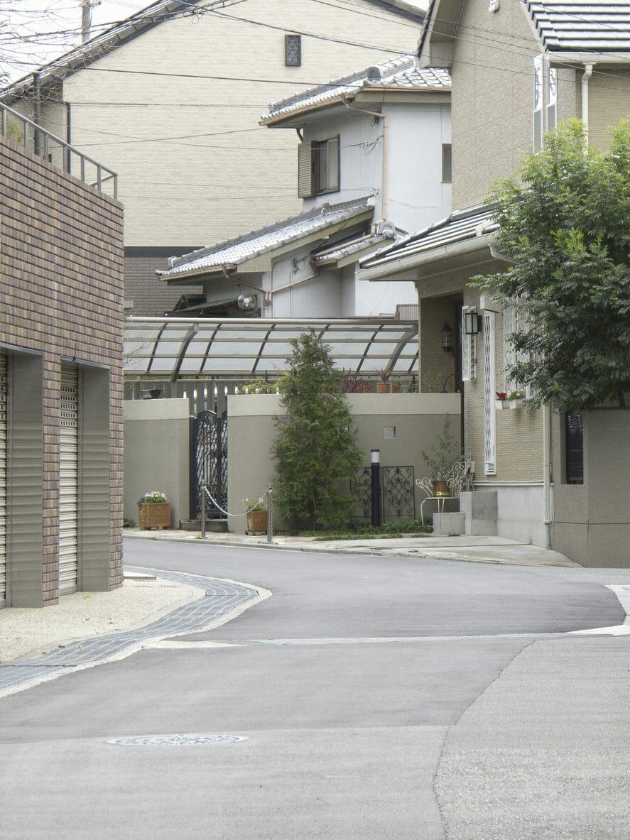 ベランダに屋根を設置・後付ける費用や取り付け価格の相場は?